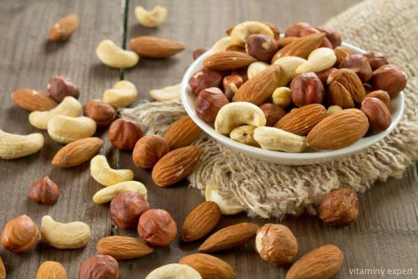 Большое количество витамина Е содержится в орехах