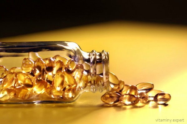 Капсулы витамина Е вскрываются, и содержимое наносится на лицо