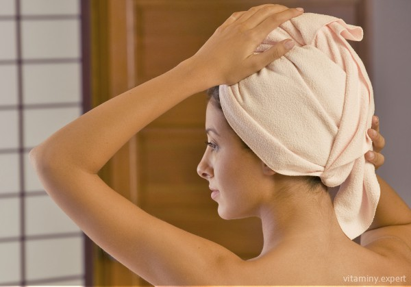 После нанесения маски с пиридоксином волосы нужно утеплить полотенцем