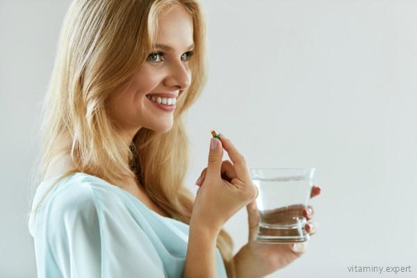 Женщина, планирующая зачатие, принимает витамины