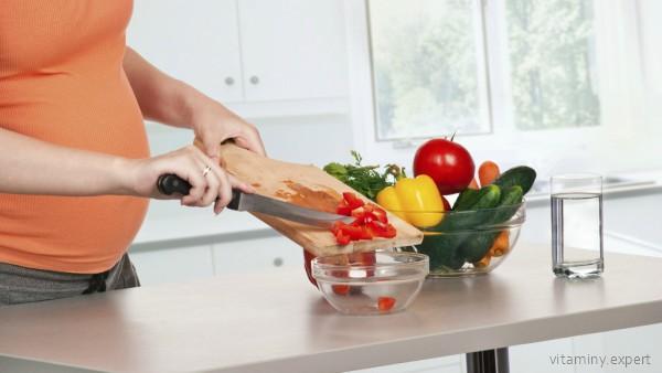 Беременная готовит салат