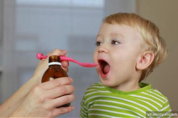 Ребенок пьет витамины в форме сиропа