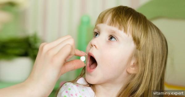 Ребенок принимает витамин