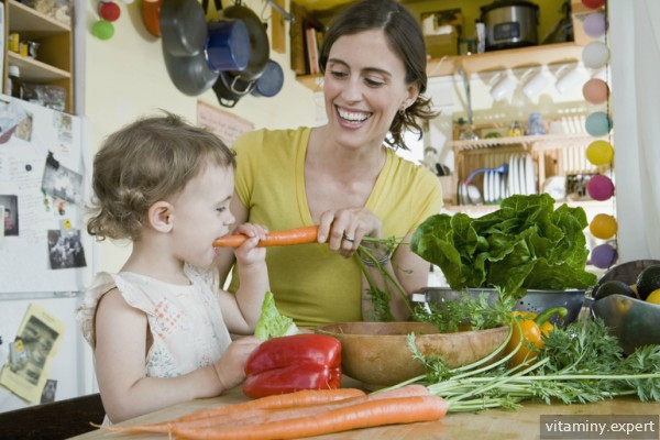 Мама и ребенок на кухне