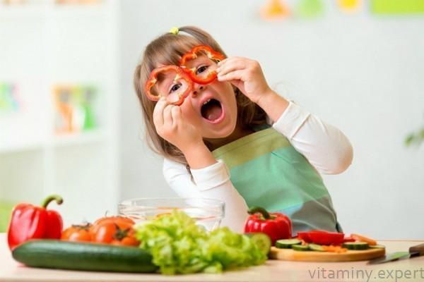 Девочка помогает готовить салат