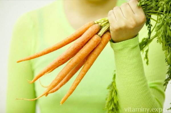 Свежая морковь в руке