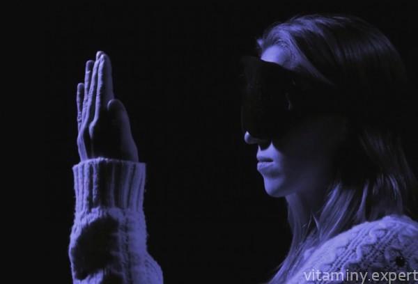Женщина не видит в темноте
